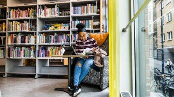 Student på Campus Norrköpings bibliotek