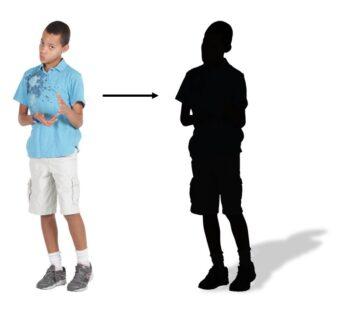 Bild på en pojke i två varianter. Den ena varianten är ett foto och den andra är en siluett.